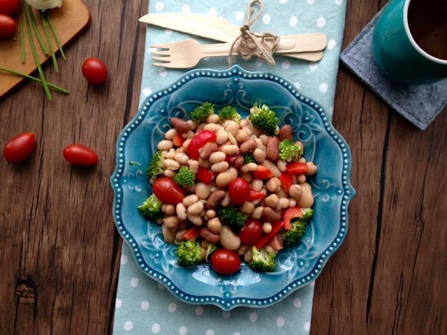assiette de salade de légumineuses