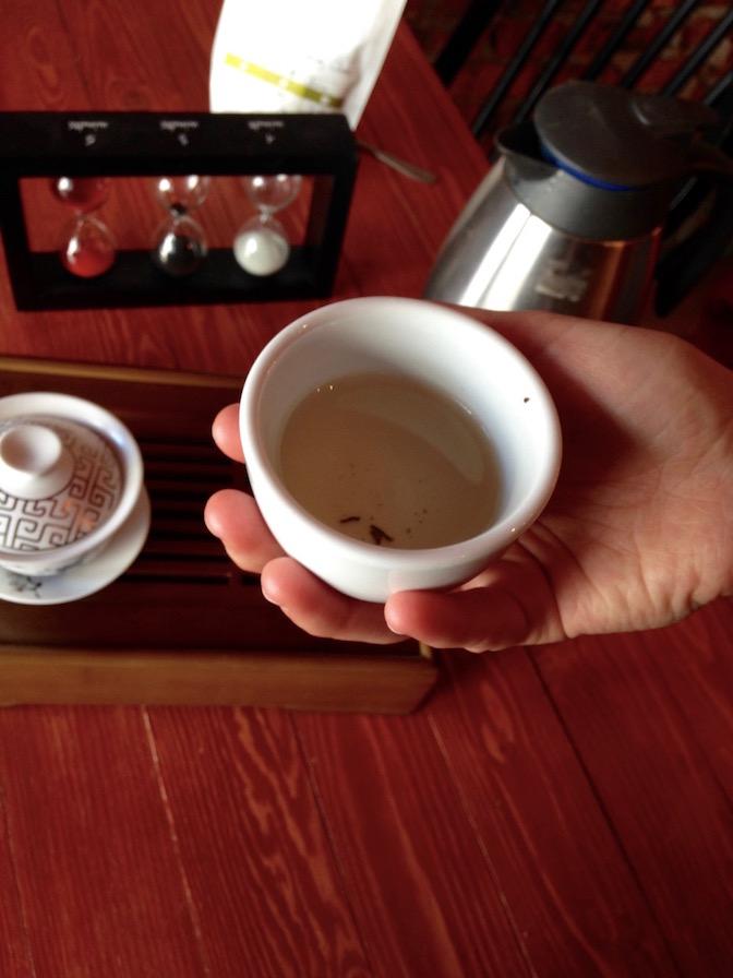 thé jaune en tasse