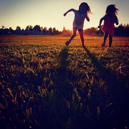 enfants courir jeux extérieur