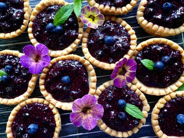 tartelettes de bleuets et fleurs