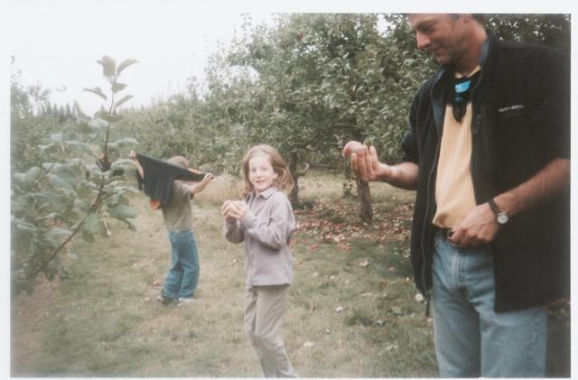 famille de végétariens et non végétariens, aux pommes