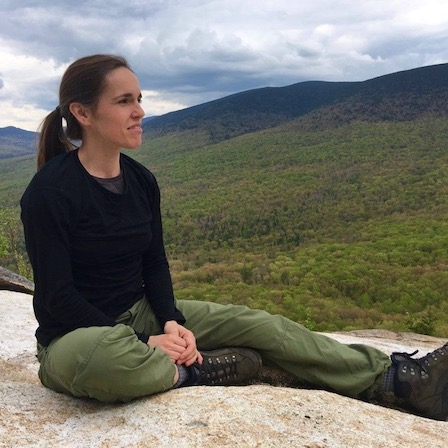 Paule rochette assise montagne