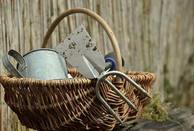 outils de jardin panier osier