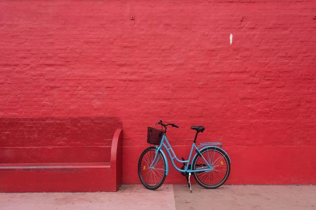 vélo sur le mur rouge