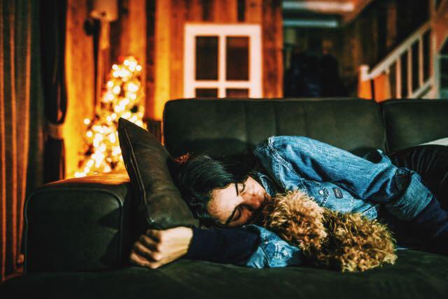 femme fatiguée sieste hiver