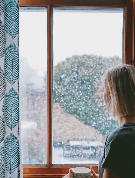 neige femme fenêtre hiver