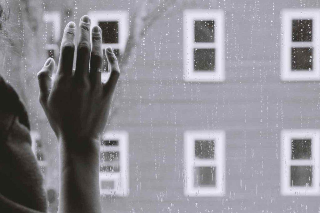 épuisement main fenêtre pluie