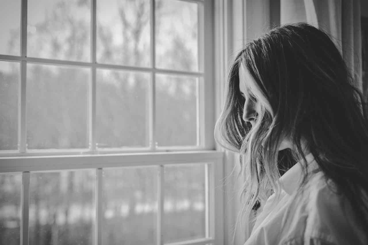 femme épuisement fenêtre