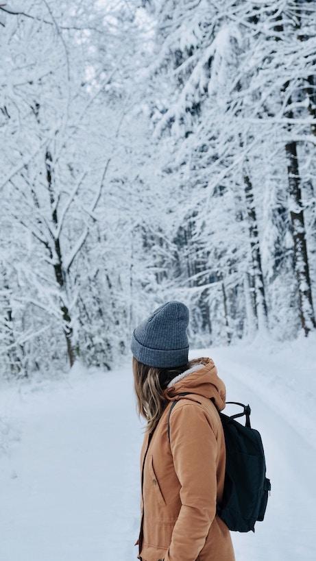 femme bain de forêt neige tuque