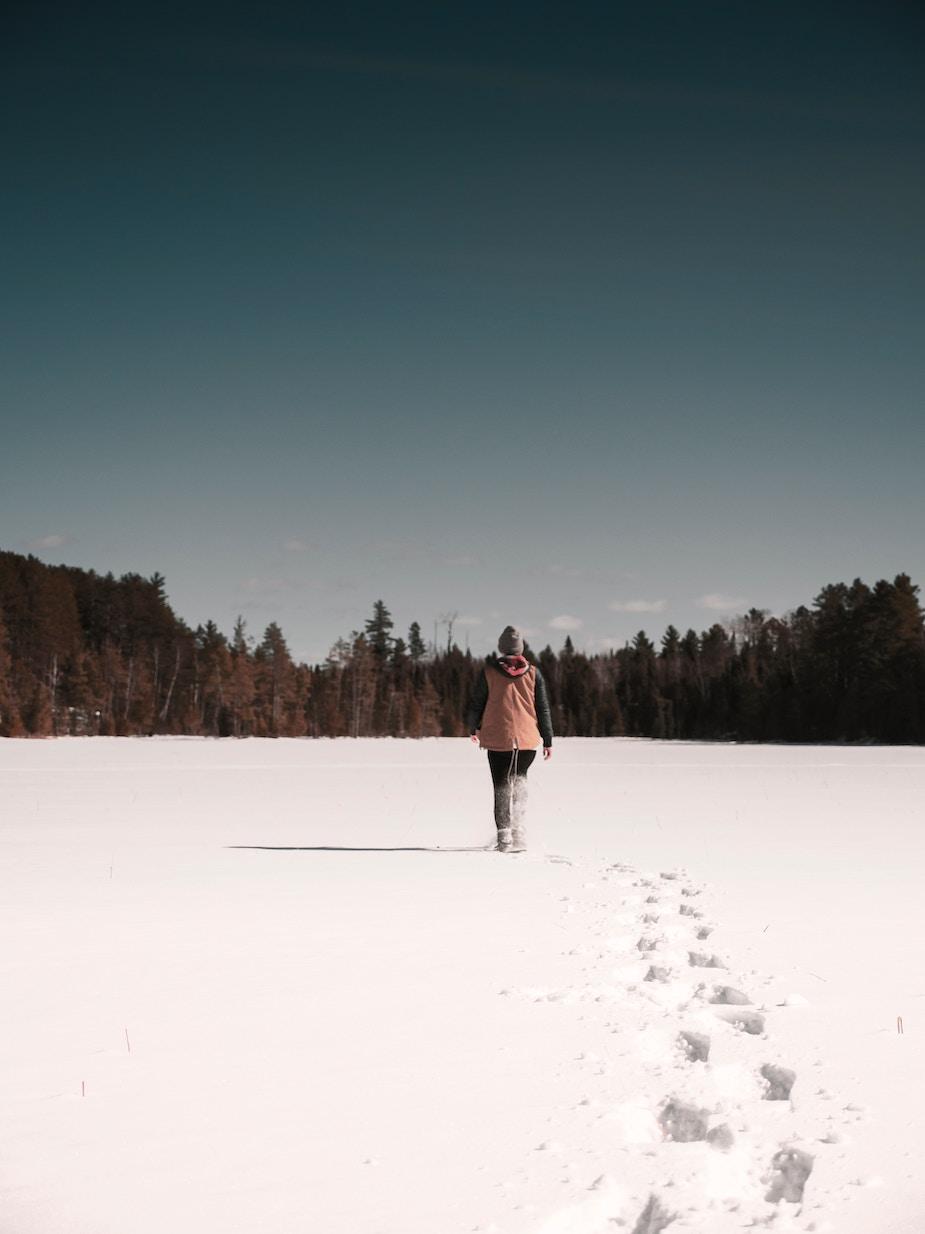 femme neige bain de forêt